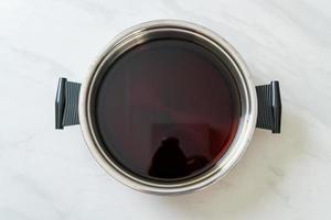 soupe noire en pot chaud pour shabu ou sukiyaki photo