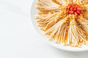 enokitake cuit à la vapeur avec sauce soja, piment et ail photo