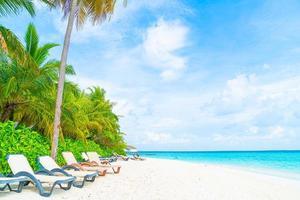 chaise de plage avec tropical maldives resort hotel island et mer photo