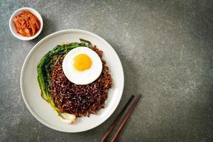nouilles instantanées séchées à la sauce noire épicée coréenne avec œuf au plat photo