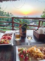 Table de petit-déjeuner en terrasse en bois rustique patio d'un restaurant photo