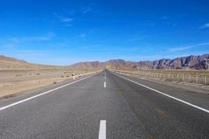 vue paysage de beau ciel bleu et autoroute à gansu cina photo