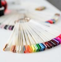 bouts d'ongles en plastique colorés sur la table dans un salon de manucure photo