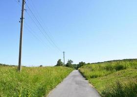 belle route goudronnée vide en campagne sur fond coloré photo