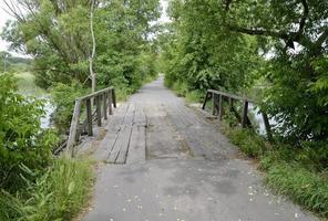 Vieux pont de bois debout sur la rivière en arrière-plan coloré photo