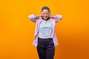 Portrait d'une femme asiatique attirante à la recherche de stress et d'inquiétude photo