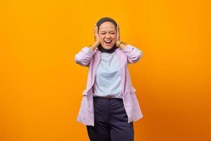 portrait d'une femme d'affaires riant couvrant ses oreilles photo