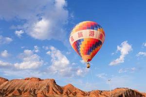 montgolfière dans le relief de zhangyei danxia, gansu chine photo