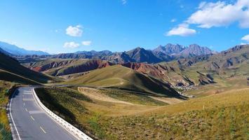 la région pittoresque de la montagne qilian mont drow à qinghai en chine. photo