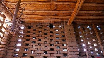 Maison traditionnelle séchée à l'air de raisin dans le musée du puits turpan karez en chine photo