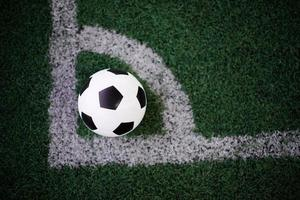 ballon de football sur la ligne blanche au stade photo