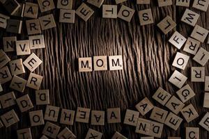 concept de police de tuile en bois de maman photo