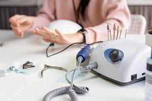perceuse à ongles ou manucure sur la table dans un salon de manucure photo