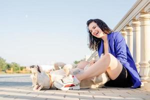 jeune femme joyeuse jouant avec son chien dans le parc photo