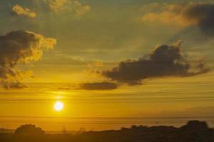 coucher de soleil doré et coloré avec des couleurs orange jaune bleu vert. photo