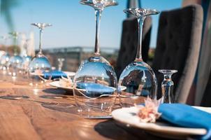 configuration de table de décoration de mariage ou d'événement, détails bleus photo