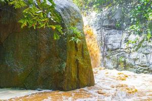 cascade wang sao thong dans la forêt tropicale humide de koh samui en thaïlande. photo