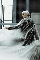 notion d'écologie. fille avec une pellicule plastique. style de ville. photo
