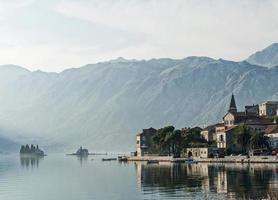 paysage de montagne du village des Balkans de perast près de kotor au monténégro photo
