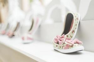 Chaussures de jeune fille dans la boutique de mode de chaussures pour enfants photo