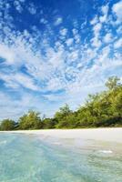 longue plage sur l'île de koh rong cambodge photo