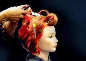 teinture des cheveux, coiffures sur mannequin tête de salon de coiffure photo