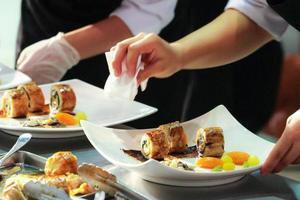chef cuisinant, chef préparant la nourriture, chef décorant un plat dans la cuisine photo