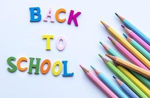 crayons de couleur sur fond blanc. photo