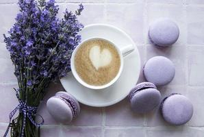 tasse de café avec dessert macaron au goût de lavande photo
