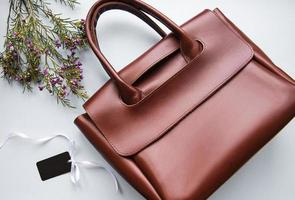 sac pour femme en cuir marron, fleurs et étiquette vierge photo
