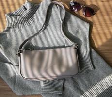 petit sac en cuir beige et pull femme gris photo