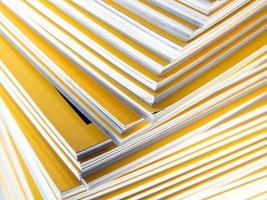 pile de magazine mensuel jaune photo