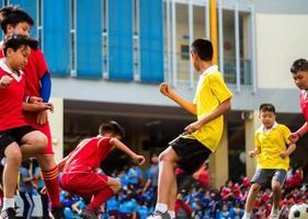 bangkok, thaïlande - le 15 janvier 2018, des joueurs de football amateur s'affrontent dans le football lors du sport annuel de l'école. photo