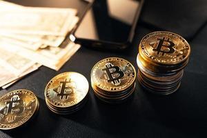 les bitcoins empilés poussent sur le bureau photo