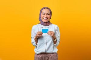 belle femme asiatique tenant dans la main une carte vierge avec un visage souriant photo