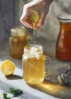 verre froid de thé glacé avec des glaçons, isolé sur blanc photo