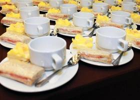 les ensembles de tasses à café vides avec la boulangerie pour l'heure de la réunion de pause photo