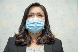 dame asiatique portant un masque nouvelle normalité au bureau photo