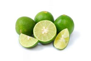 citron vert avec des tranches isolé sur fond blanc photo