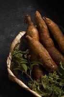 l'arrangement nutritif racines de manioc photo