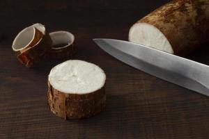 composition nutritif racines de manioc en tranches photo