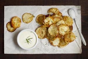 l'arrangement de délicieuses chips de manioc photo