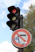 Feux de circulation et panneau de signalisation à paris france photo