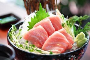 gros plan de la cuisine japonaise du thon dans un plat en céramique photo