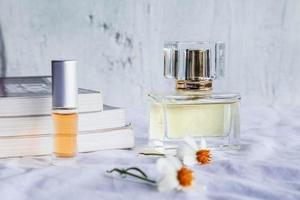 parfum d'or et flacons de parfum sur fond blanc photo