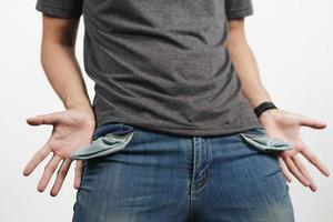 homme tournant la poche de jean pour montrer la poche vide. faillite. photo