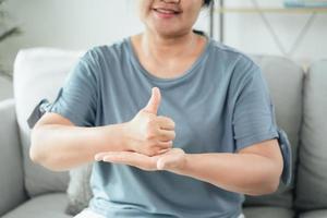 une femme sourde et handicapée utilise la langue des signes pour communiquer avec d'autres personnes photo