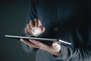 homme, main, toucher, sur, virtuel, écran, cadenas, icône photo