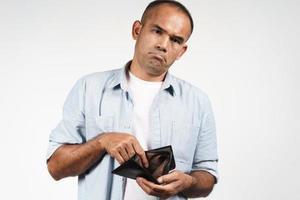 homme tenant son portefeuille vide sur fond blanc photo