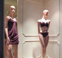 mannequins de salle d'exposition féminins portant des sous-vêtements photo